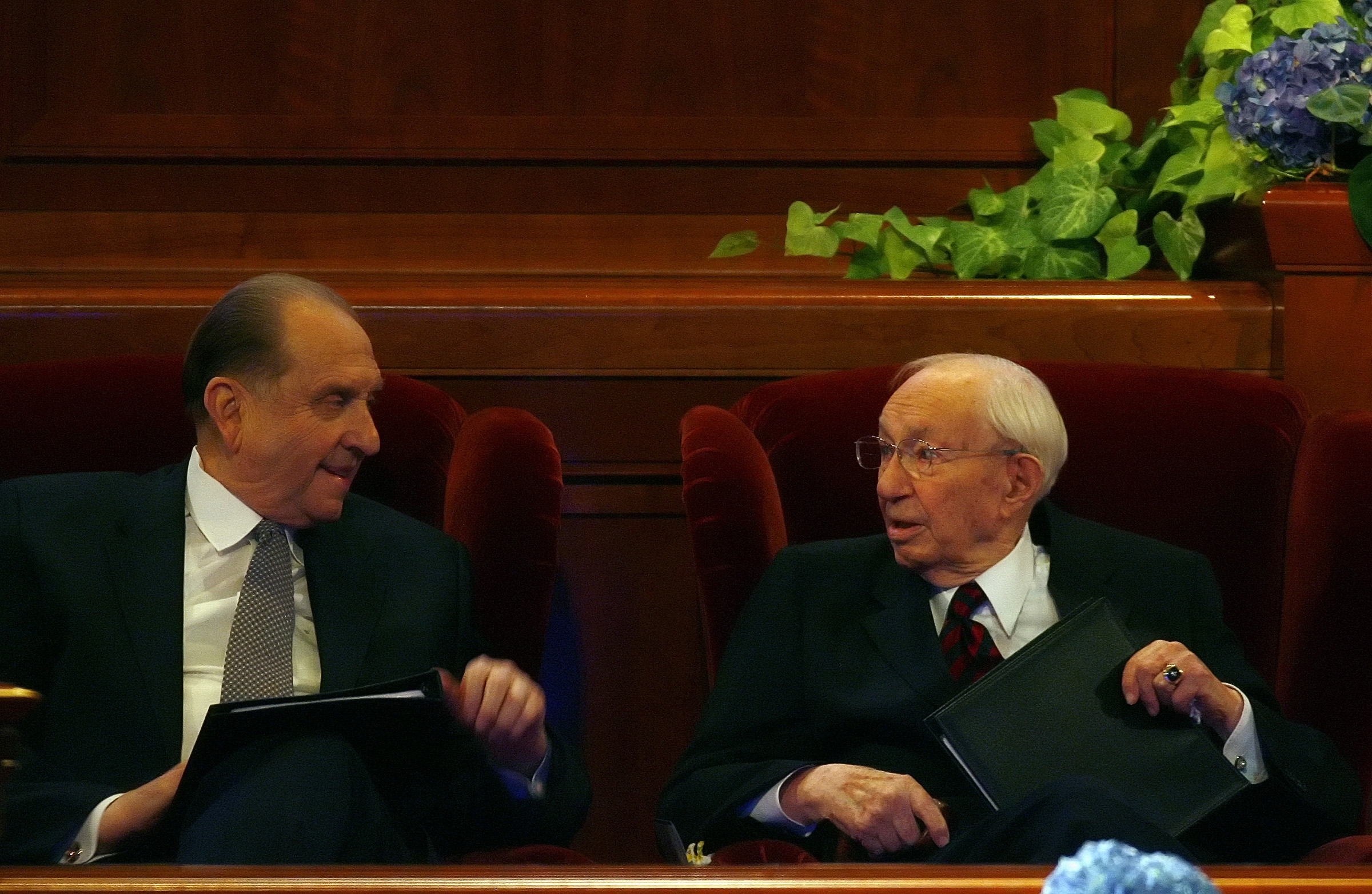 (Chris Detrick  |  The Salt Lake Tribune) President Gordon B. Hinckley talks with Thomas S. Monson after delivering his speech during the Semiannual General Conference in April 2007.
